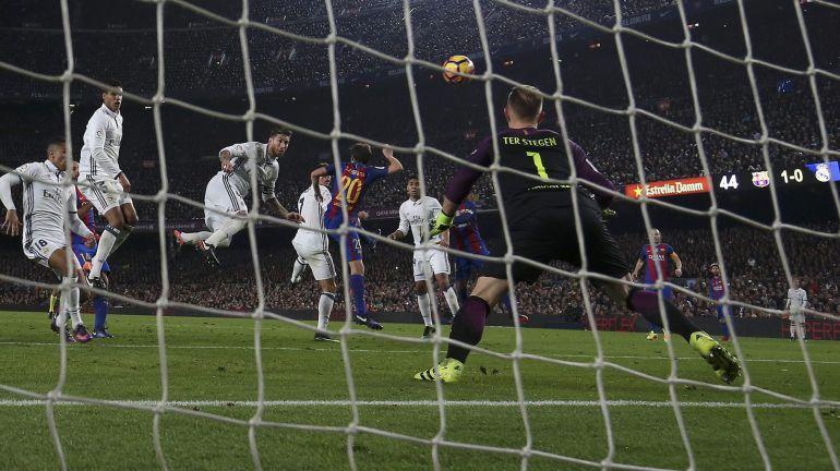 Sergio Ramos, durante el remate que supuso el empate del Camp Nou