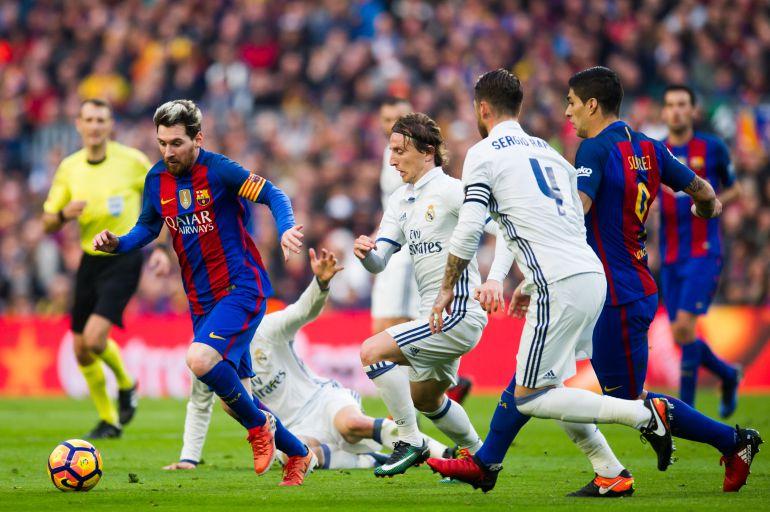 Messi guía el balón en un Clásico