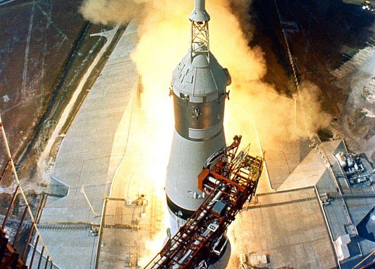 Despegue del cohete Saturno V de la misión Apolo 11 que puso al primer ser humano en la Luna, en julio de 1969.