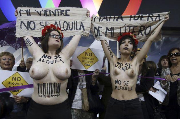 """Activistas de FEMEN durante la protesta en la entrada del hotel donde se celebra la feria """"Surrofair"""" de promoción de la gestación subrogada"""