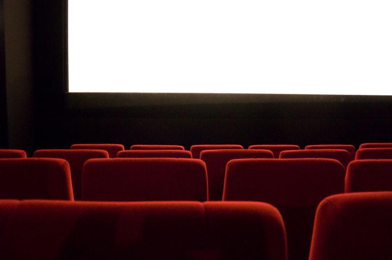 Una sala de cine vacía antes de una proyección