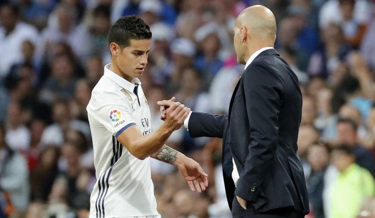 James Rodríguez saluda a Zidane tras ser sustituido ante el Sevilla