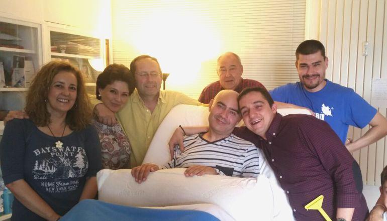 Luis de Marcos rodeado de su familia.