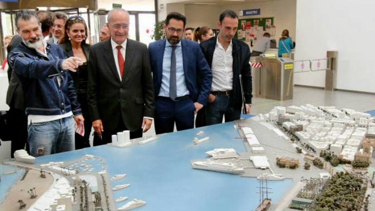 Antonio Banderas junto al alcalde de Málaga, Francisco de la Torre, durante la presentación del concurso de ideas en la gerencia de Urbanismo.