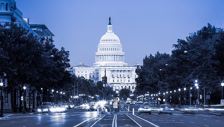 Varios coches circulan por la Avenida del Capitolio con este emblemático edificio de fondo.