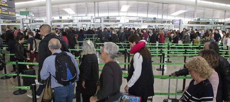 Colas de pasajeros para los controles de pasaportes en el aeropuerto de Barcelona.