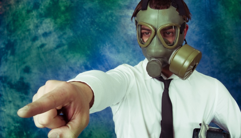 Imagen de un hombre protegiéndose con una máscara antigas.