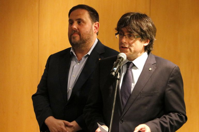 El president de la Generalitat, Carles Puigdemont, i el vicepresident, Oriol Junqueras, abans de l'acte del Pacte Nacional pel Referèndum, el 19 de maig de 2017. (Horitzontal)