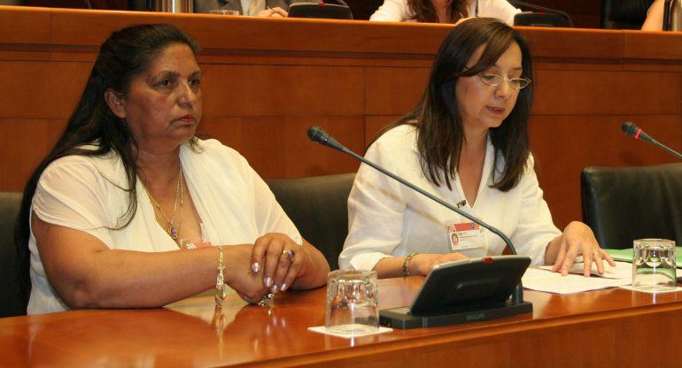 Miembros de la Fundación Secretariado Gitano en las Cortes de Aragón. A la derecha, Isabel Jiménez