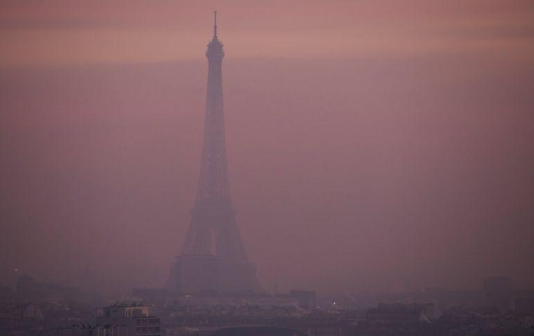 Fotografía que muestra la torre Eiffel entre una nube de contaminación vista desde el barrio de Saint-Cloud en París (Francia).