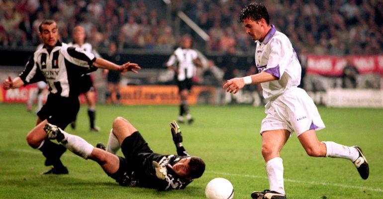 Pedja Mijatovic, justo antes de marcar el gol de la séptima Copa de Europa ganada por el Real Madrid