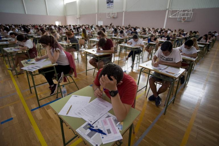 Estudiantes realizando el exámen de selectividad