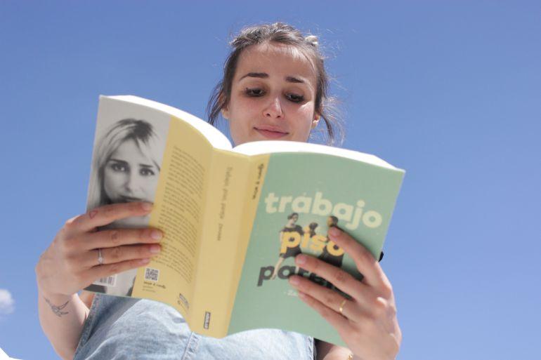 Zahara haciendo que lee su libro en la terraza de la SER