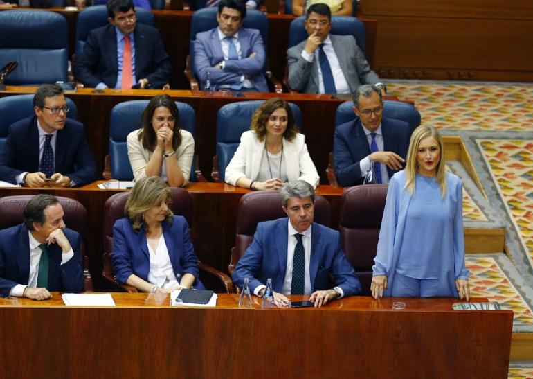 La presidenta de la Comunida de Madrid, Cristina Cifuentes, pronuncia su voto durante el Pleno de la Asamblea de Madrid que ha debatido hoy la moción de censura presentada por Podemos