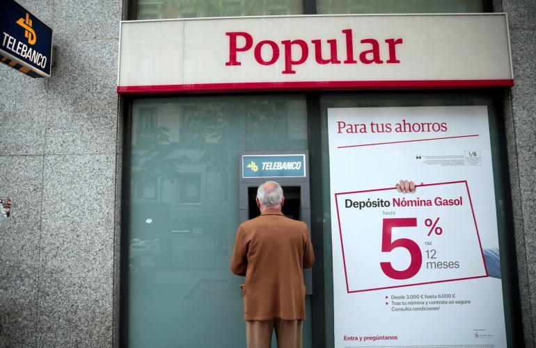 Un hombre frente a un cajero automático de Banco Popular