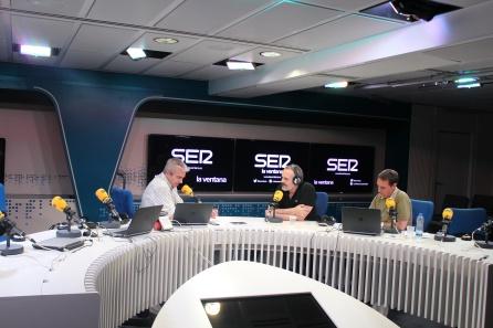 Miguel Bosé en el estudio de Cadena Ser con Carles Francino y Roberto Sánchez