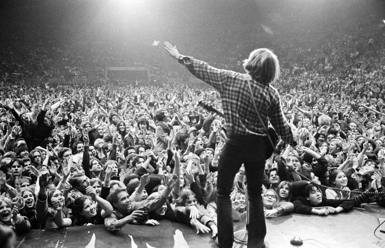 John Fogerty, cantante de Creedence Clearwater Revival, durante una actuación en Oakland antes del final de la banda