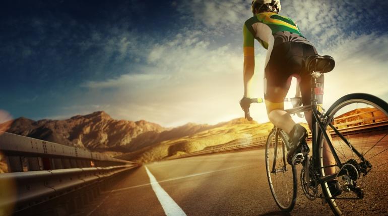 Imagen de un ciclista pedaleando por una carretera.