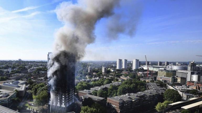 La torre Grenfell ardiendo durante el incendio que la calcinó este miércoles.