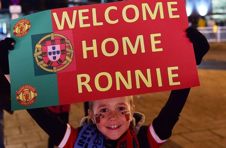 Un niño con un cartel de bienvenida a Cristiano Ronaldo en un partido de Portugal en Old Trafford