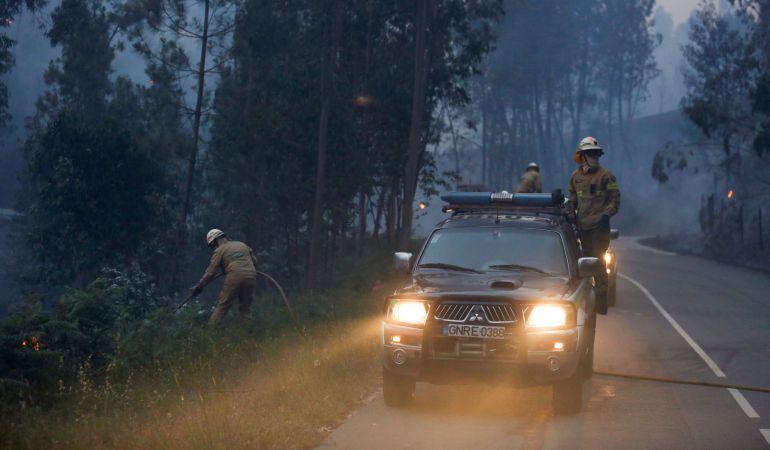 Bomberos luchan contra el fuego cerca de Fato, en el centro de Portugal