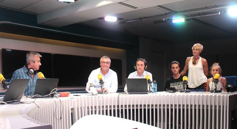 De izquierda a derecha, Carles Francino, Michael Robinson, Roberto Sánchez, Íñigo, Lucía y su madre Mari Ángeles.