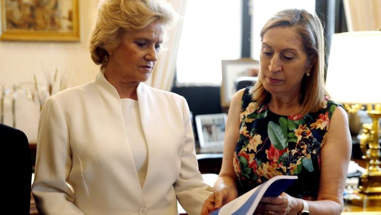 La defensora del Pueblo, Soledad Becerril (i) entrega a la presidenta del Congreso de los Diputados, Ana Pastor (d), un balance de sus cinco años de mandato, este martes en Madrid.