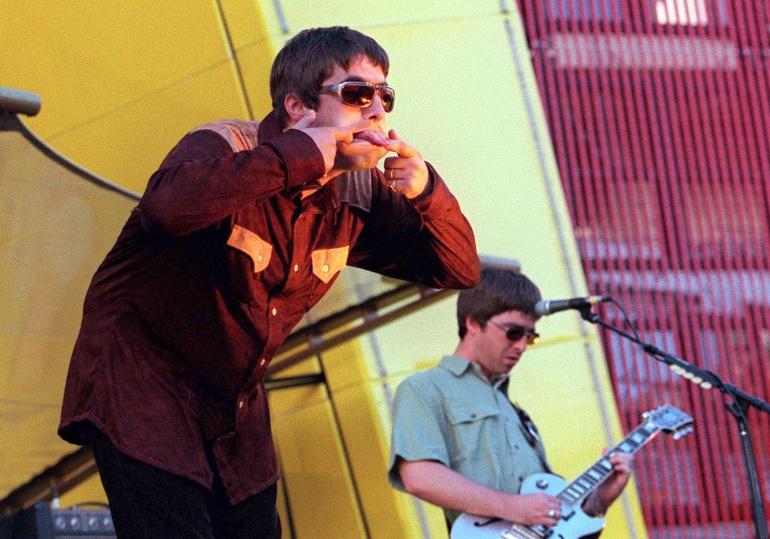 La banda Oasis durante un concierto en San Francisco en 1997