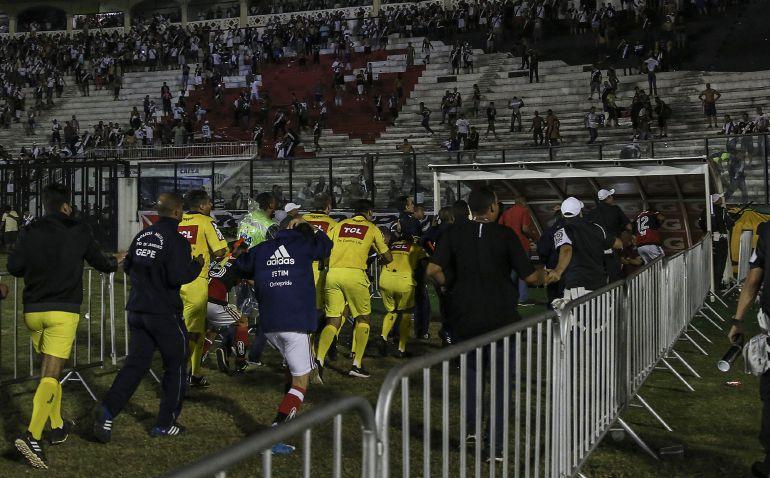 Los jugadores de Flamengo y los jueces del partido buscan refugio en los vestuarios