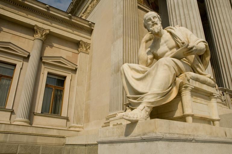 Estatua de un filósofo pensando