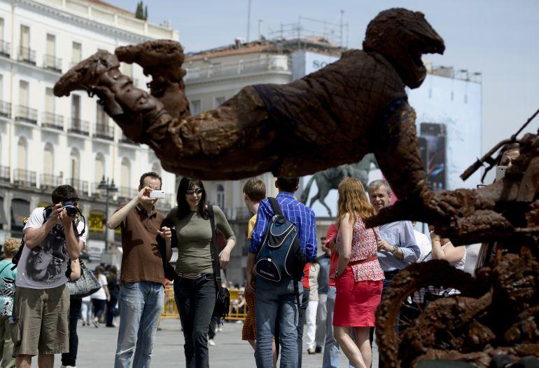 El cambio climático obligará al Yeti a trabajar de escultura humana en la Puerta del Sol