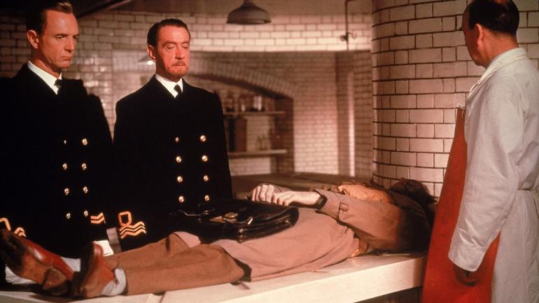 """Escena de la película  """"The man who never was"""" (El hombre que nunca existió), dirigida por Ronald Neame en 1956. Basada en la operación de inteligencia británica."""