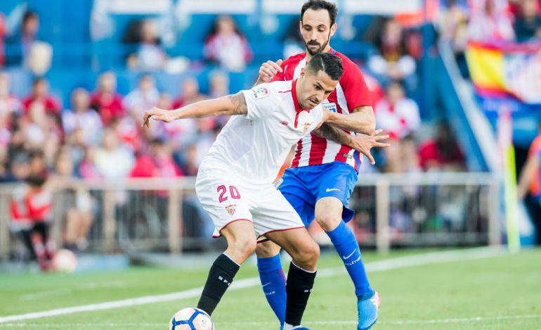 Vitolo peleando con Juanfran durante un partido en el Calderón