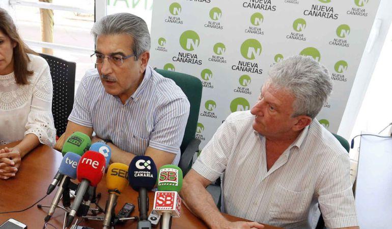 El diputado de Nueva Canarias, Pedro Quevedo, junto al presidente del partido durante una rueda de prensa