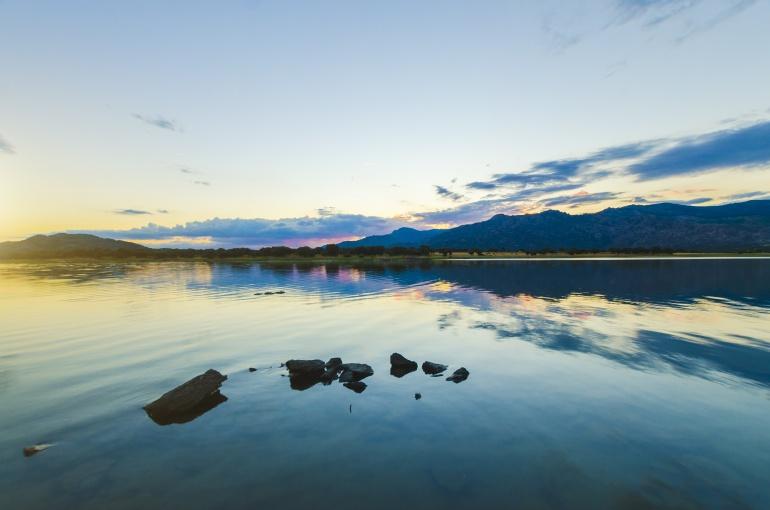 Imagen de la puesta de sol en un pantano
