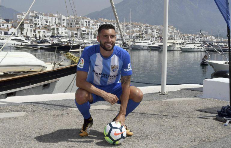 El delantero Borja Bastón posa durante su presentación en el puerto de Marbella