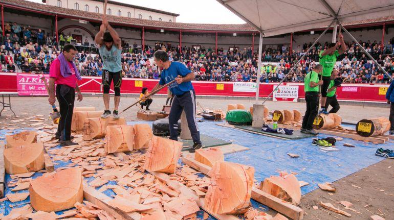 Alex Txikon intenta partir uno de los troncos en su reto frente a Mikel Larrañaga
