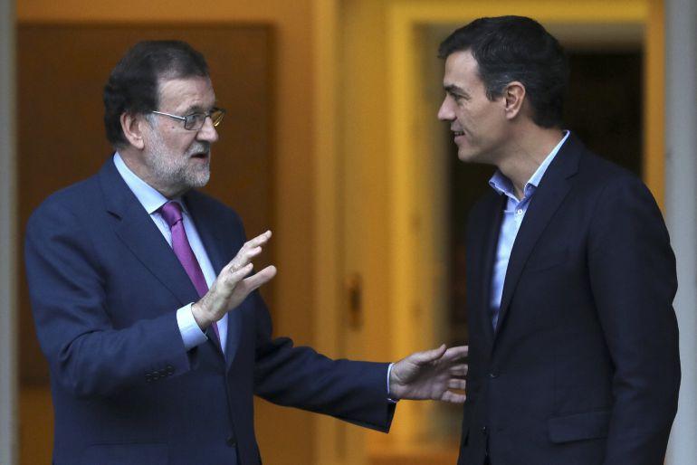 El presidente del Gobierno, Mariano Rajoy (i), y el secretario general del PSOE, Pedro Sánchez (d), en su última reunión.