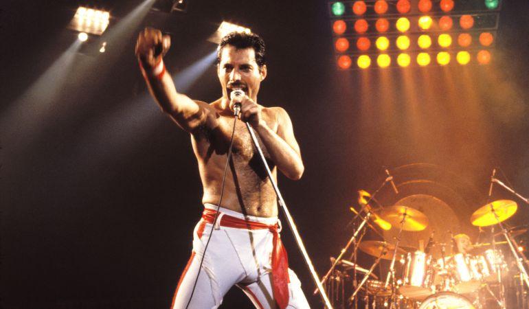 El cantante del grupo, Freddie Mercury, durante uno de sus múltiples conciertos con la banda.