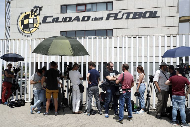 Decenas de periodistas esperan a las puertas de la sede de la Federación Española de Fútbol, en la localidad madrileña de Las Rozas