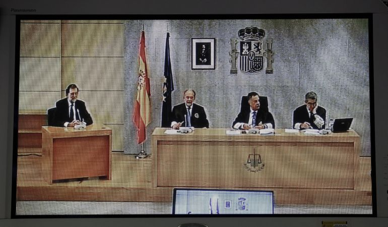 Imagen del monitor de la sala de prensa de la Audiencia Nacional de San Fernando de Henares del presidente del Gobierno, Mariano Rajoy durante su declaración como testigo en el macrojuicio de corrupción de la trama Gürtel