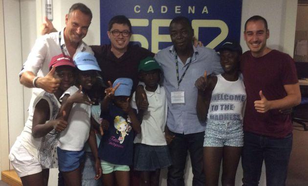 Ramón Grosso y el Padre Camille junto a las niñas del Chad, Álvaro Benito y Dani Álvarez
