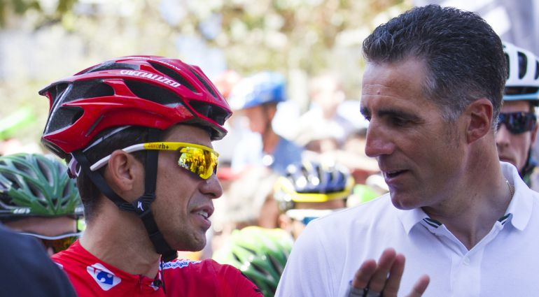 Miguel Indurain conversa con Alberto Contador durante la pasada Vuelta a España