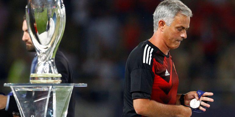 Mourinho se marcha sin querer mirar la copa