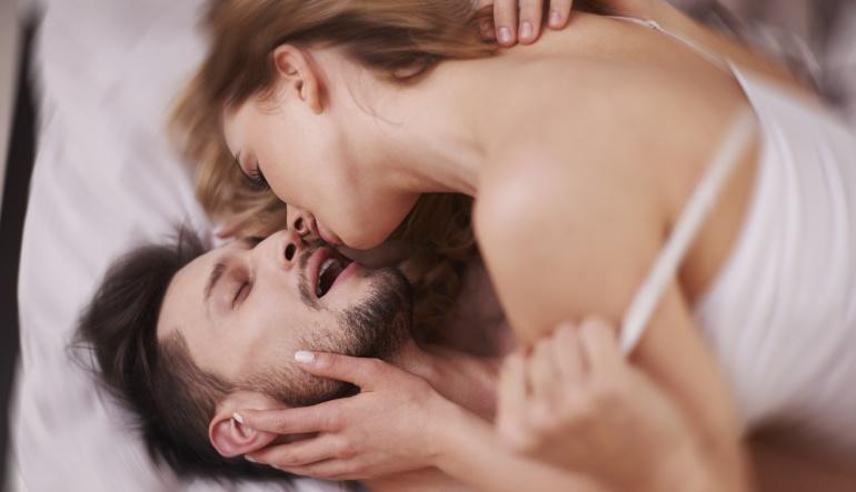 Imagen de una pareja besándose.