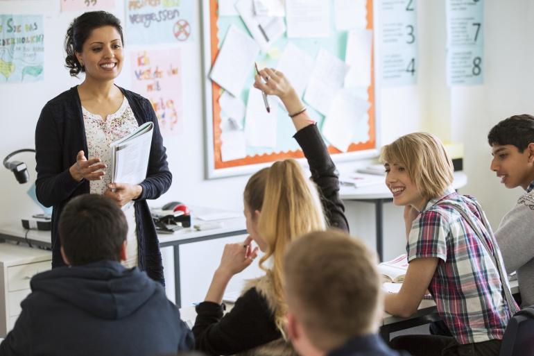 Una profesora dando clase