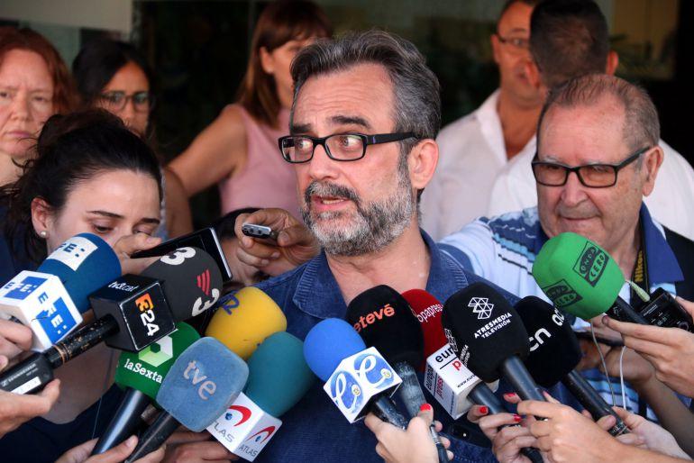 Pla mig de Juan Carlos Giménez, assessor del comitè de vaga d'Eulen a l'aeroport del Prat, atenent la premsa. Imatge del 10 d'agost de 2017 (horitzontal)