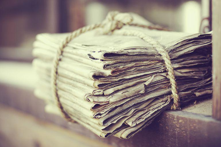 Pila de periódicos viejos atados con cuerda.