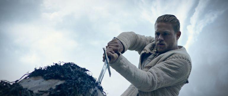 L'actor Charlie Hunnam és el protagonista de 'Rey Arturo: La leyenda de Excalibur' (horitzontal).