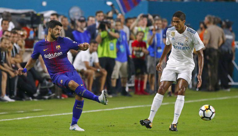Luis Suárez pasa la pelota ante Varane en el último Clásico en Miami